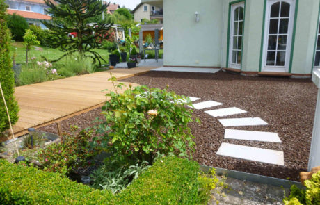 Garagendach Terrasse Mit Schrittplatten Holzdeck Und Lavaschuettung