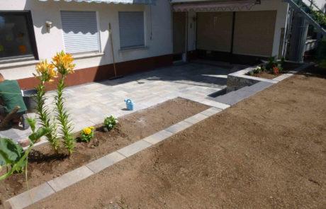 Neue Terrasse Mit Pflanzbeet Und Eingesaetem Rasen