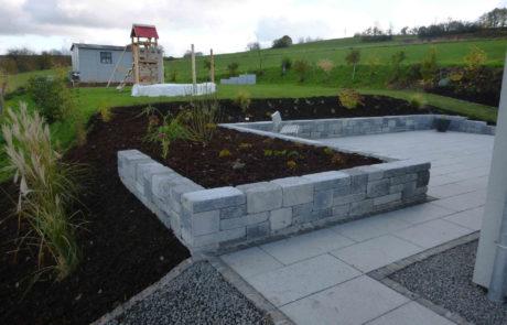 Terrasse Mauerbau Pflanzarbeiten