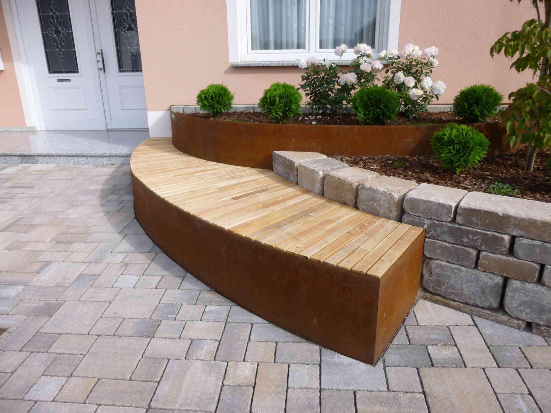 Vorgartengestaltung mit Pflasterung, Hochbeet und Sitzbank